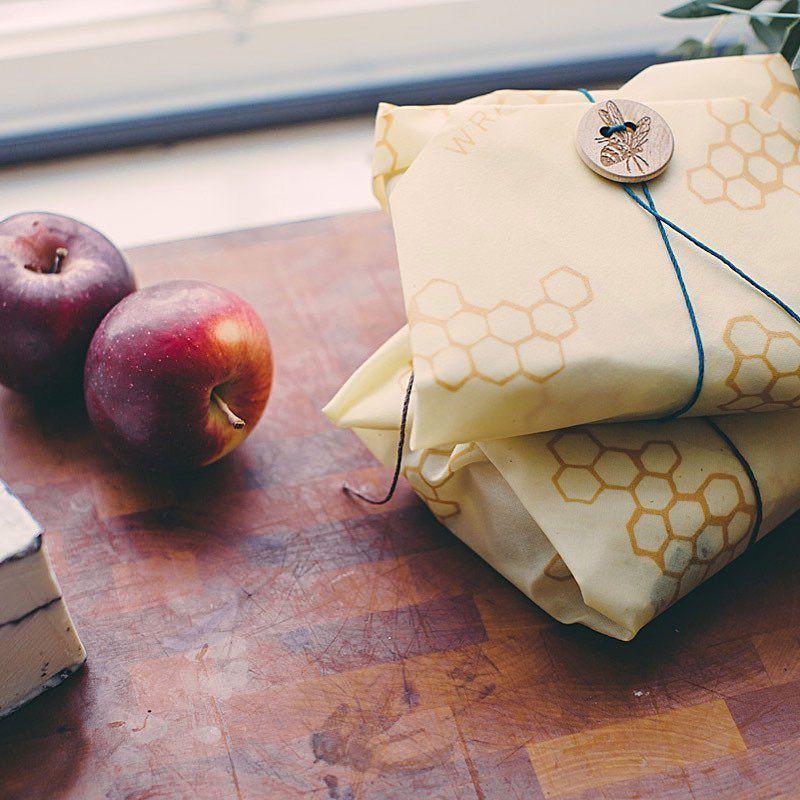 Geschenke plastikfrei verpacken in Bienenwachstüchern