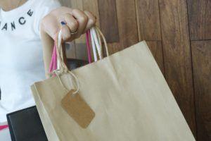 Frau hält Papiertüte; Plastik vermeiden