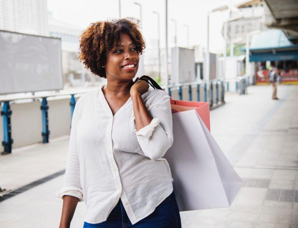 Frau beim Einkaufen mit Einkaufstüten; Fast Fashion