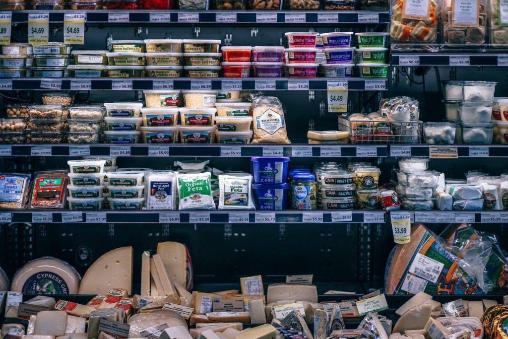 Supermarktregal mit Produkten in Plastik verpackt