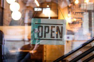 Geschäft mit OPEN-Schild