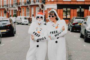 zwei Frauen mit weihnachtlichen Jumpsuits - Schneemann