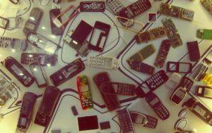 Bild mit alten Handys aus Plastik als Symbol für die Industrie von Konsumgüter, Plastikflutn