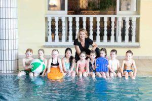 Franziska van Almsick und Kinder im Schwimmbad