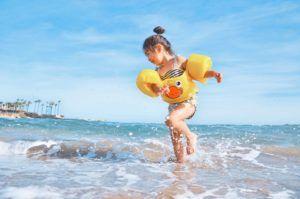 Kind spielt im Wasser