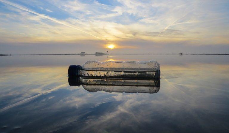 Plastikflasche schwimmt im Meer