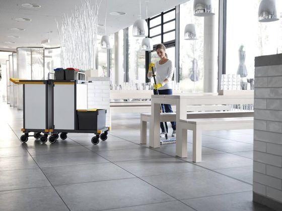 Die Dame auf dem Bild reinigt einen Raum in einem Gebäude mit Utensilien der Firma VERMOP - zertifiziert mit dem Flustix Recycled-Siegel