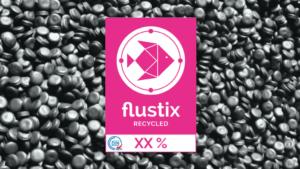 Logo des Flustix-Recycled-Siegel, Hintergrund bildet Rezyklate ab; DIN-geprüfte Auszeichnung für Recycler