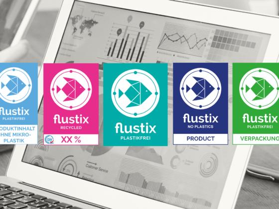 Die Flustix-Siegel für Nachhaltigkeit, im Hintergrund Ergebnisse von Studien