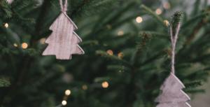Weihnachtsbaum und Weihnachtsschmuck. Schriftzug: 5Rs der Nachhaltigkeit: Rethink, refuse, reduce, recycle, reuse, recycle