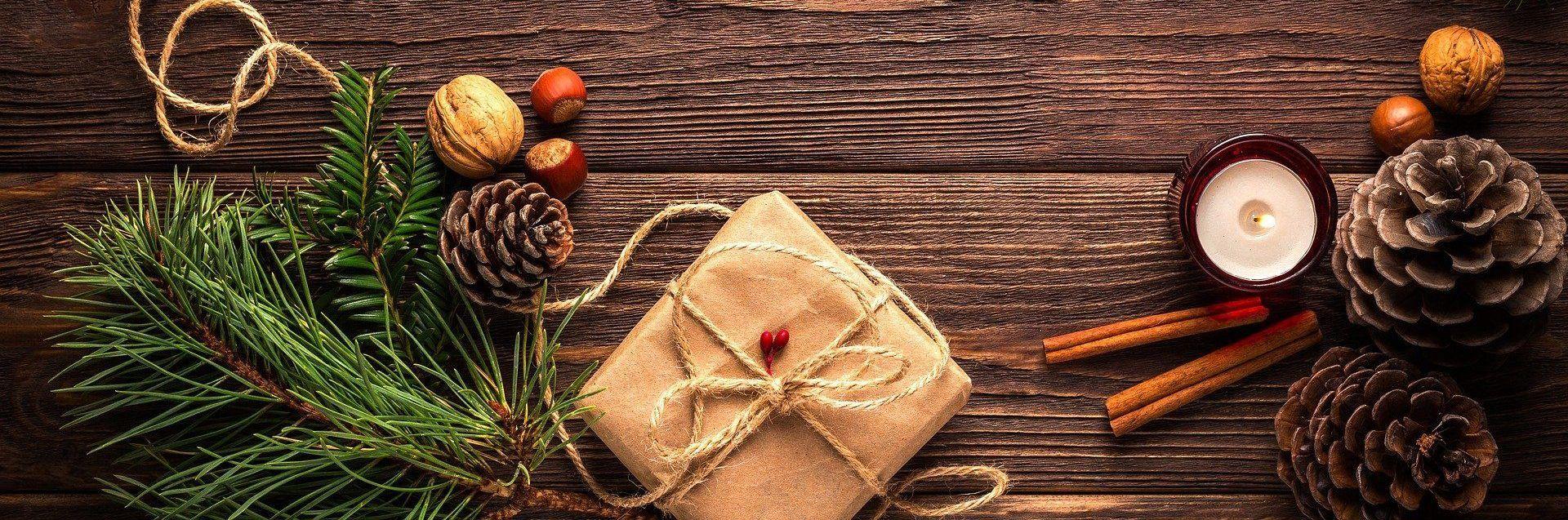 Weihnachtsbild: Tisch mit Geschenk und Dekoration